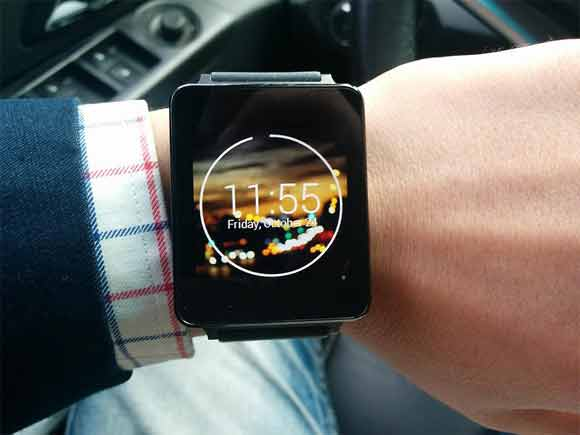 What is the risk when a smart watch is lost, and how to protect it